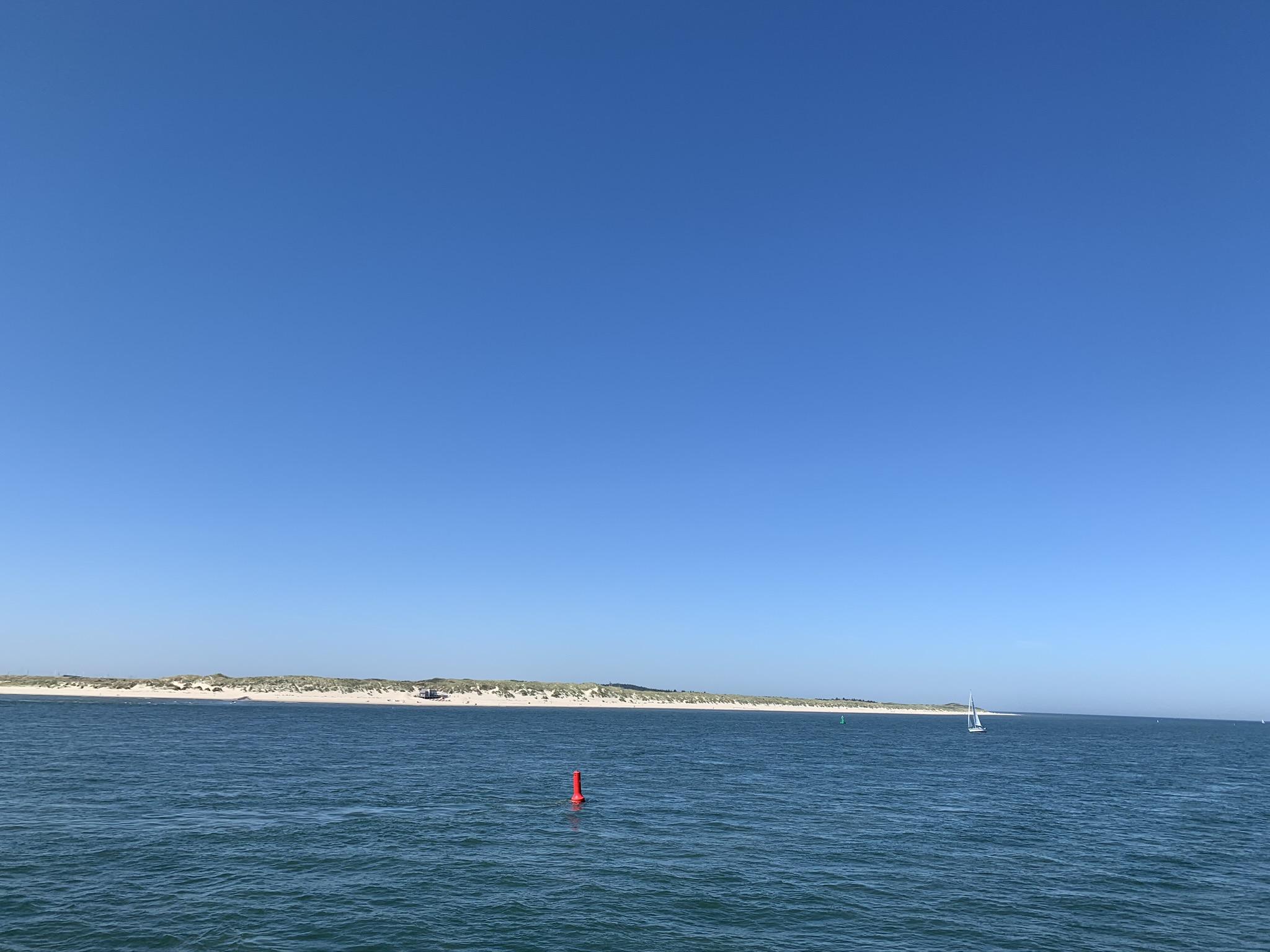 Op Doeksen boot van Harlingen naar Vlieland (Vlibiza), uitzicht over strand en strandpaviljoen Oost