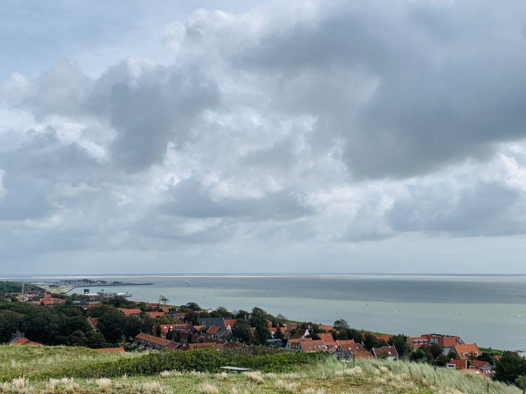 Uitzicht over dorp Vlieland vanaf heuvel met vuurtoren
